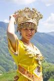 Chinesisches ethnisches Mädchen im traditionellen Kleid Lizenzfreie Stockbilder