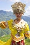 Chinesisches ethnisches Mädchen im traditionellen Kleid Stockfoto