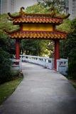 Chinesisches Gatter in einem Park Stockfotos