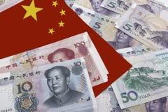 Chinesisches Geld und eine Flagge Lizenzfreie Stockbilder