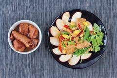Chinesisches Gemüsefestivallebensmittel, wie gebratener Ginkgo mit Mischgemüse mit gebratenem Tofu diente und Mehl in der braunen Lizenzfreie Stockbilder