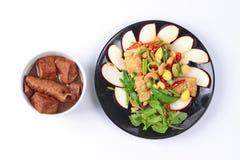 Chinesisches Gemüsefestivallebensmittel, wie gebratener Ginkgo mit Mischgemüse mit gebratenem Tofu diente und Mehl in der braunen Stockbilder