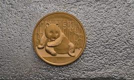 Chinesisches Gold Panda Coin auf Silberbarren Stockbilder