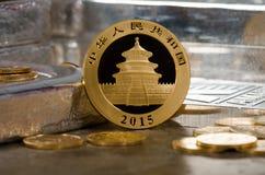 Chinesisches Gold Panda Coin mit Silberbarren Stockfotografie