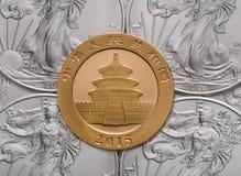 Chinesisches Goldpanda ontop von US-Silber Eagles Lizenzfreie Stockbilder