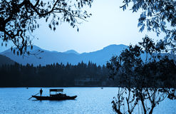 Chinesisches hölzernes Erholungsboot schwimmt auf das ruhige Wasser Stockbild