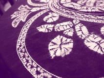 Chinesisches Handwerk: Purpurrote Batikdrucke auf Tuch Stockbilder