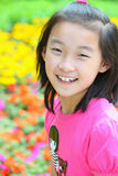 Chinesisches Kind mit Blumen Stockfoto