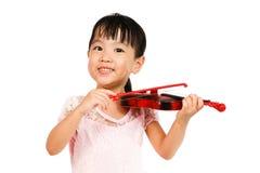 Chinesisches kleines Mädchen, das Violine spielt Lizenzfreies Stockfoto