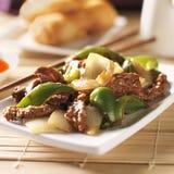 Chinesisches Lebensmittel - Pfefferrindfleisch am Restaurant stockbild