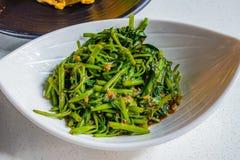 Chinesisches Lebensmittel Sambal Kangkong, Fried Water Spinach mit würzigem Chi Lizenzfreie Stockfotos