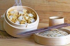 Chinesisches Lebensmittel Shumai auf hölzernem Lizenzfreie Stockfotos