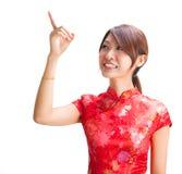 Chinesisches Mädchen, das auf Leerzeichen zeigt Stockfotos