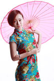 Chinesisches Mädchen, das ein cheongsam trägt. Stockbilder