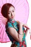 Chinesisches Mädchen, das ein cheongsam trägt. Stockfotografie