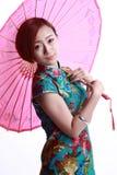 Chinesisches Mädchen, das ein cheongsam trägt. Lizenzfreie Stockfotografie