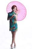 Chinesisches Mädchen, das einen cheongsam Regenschirm trägt Lizenzfreie Stockfotografie