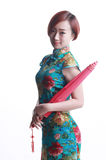 Chinesisches Mädchen, das einen cheongsam Regenschirm trägt Stockbild