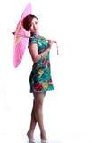 Chinesisches Mädchen, das einen cheongsam Regenschirm trägt Stockbilder