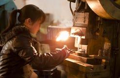 Chinesisches Mädchen, das in einer Fabrik arbeitet Stockfoto