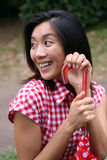 Chinesisches Mädchen, das glücklich mit einem Regenschirm wartet Stockfoto