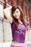 Chinesisches Mädchen draußen. Stockfoto