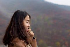 Chinesisches Mädchen im roten Blatt-Tal, Jinan, China Stockfotografie