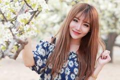 Chinesisches Mädchen mit Birnenblumen Stockfotografie