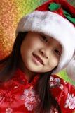 Chinesisches Mädchen mit Weihnachtsmann-Hut Stockbilder