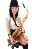 Chinesisches Mädchen, welches das Saxophon spielt. Lizenzfreies Stockbild