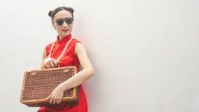 Chinesisches Mode-Modell mit Sonnenbrille und Reisegepäck für Reisekonzept auf weißem Hintergrund stockfotografie