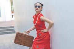 Chinesisches Mode-Modell mit Sonnenbrille und Reisegep?ck f?r Reisekonzept lizenzfreie stockbilder