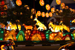 Chinesisches Neujahrsfest mit Ziege-themenorientierten Dekorationen Lizenzfreie Stockbilder