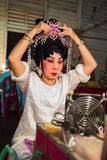 Chinesisches Opernmitglied bereitet sich an der Bühne hinter dem Vorhang vor lizenzfreies stockfoto