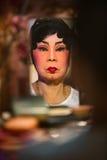 Chinesisches Opernmitglied bereitet sich an der Bühne hinter dem Vorhang vor stockfotografie