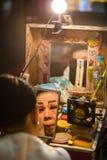 Chinesisches Opernmitglied bereitet sich an der Bühne hinter dem Vorhang vor stockbild