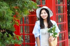Chinesisches Porträt der jungen Schönheit nahe der alten Telefonzelle Lizenzfreie Stockfotos