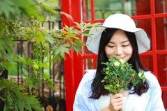 Chinesisches Porträt der jungen Schönheit nahe der alten Telefonzelle Lizenzfreies Stockfoto
