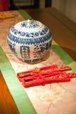 Chinesisches Porzellan und Ess-Stäbchen Lizenzfreie Stockfotografie