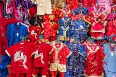 Chinesisches rotes Kleid am Markt Stockfotografie