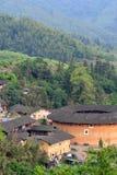 Chinesisches Süddorf und Erde zieht sich unter Bergen zurück Stockbilder
