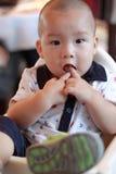 Chinesisches Schätzchen, das Finger saugt Lizenzfreies Stockfoto