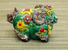 Chinesisches Spielzeug, das das Jahr 2015 auf dem Kalender das Jahr der Ziege darstellt Lizenzfreies Stockbild