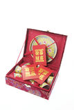 Chinesisches Tee-Set und rote Pakete Stockfoto