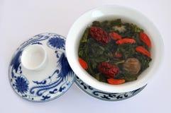 Chinesisches Teecup des Druckens und Tee Lizenzfreie Stockfotografie