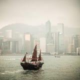 Chinesisches traditionelles hölzernes Segelbootsegeln Stockfoto