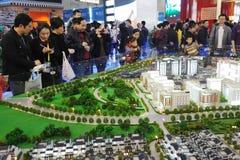 Chinesisches Volk, das Haus kauft lizenzfreie stockbilder