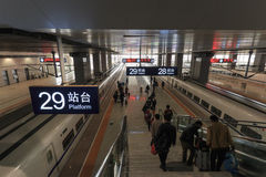 Chinesisches Volk innerhalb der eben geöffneten Hochgeschwindigkeitszugstation in Kunming Die neue schnelle Bahnstation verbindet lizenzfreies stockbild