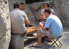 Chinesisches Volk ist Spielkarten im Park von Chengdu lizenzfreies stockbild
