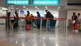 Chinesisches Volk und Ausländerreisendwarteanordnung kaufen Busfahrkarte stock footage